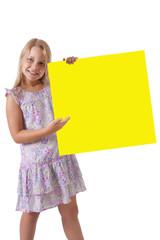chica con cartel amarillo