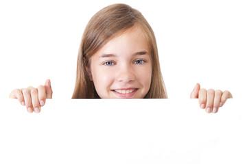 chica sonriendo con espacio en blanco