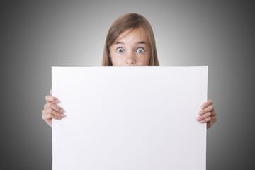 chica con cartel blanco