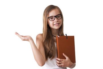 chica con libreta y mano en fondo blanco