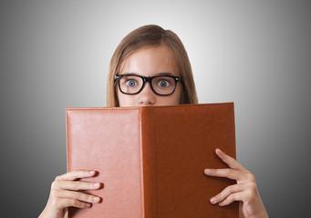 joven con libro abierto mirando a cámara