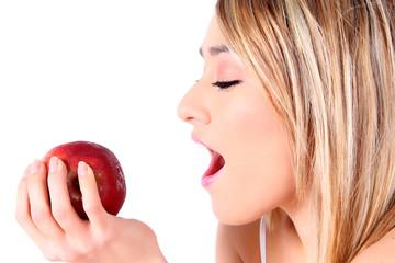 mujer joven comiendo una manzana roja
