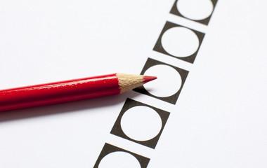 crayon rouge et bulletin de vote