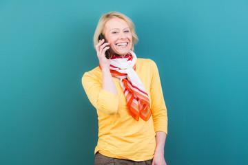 frau lacht glücklich beim telefonieren
