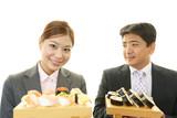 食事を楽しむビジネスマンとOL