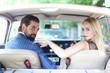 junges Paar sitzt im Auto