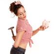 Mädchen versteckt Hammer vor ihrem Sparschweinvers