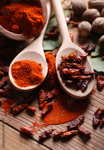 peperoncino macinato sul tavolo di legno