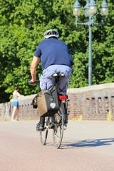 Radfahrer mit Helm