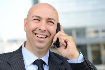 Manager felice al telefono