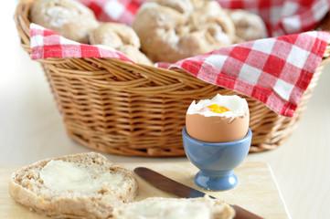 Semmeln mit Ei zum Frühstück