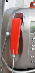 cornetta rossa di un telefono pubblico