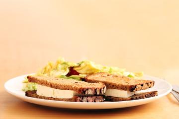 Salat und Brot auf einem Teller