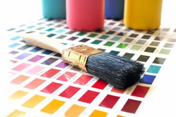 Pinsel und Farbtuben auf Farbmusterkarte