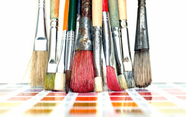 Malerpinsel auf Farbtafel