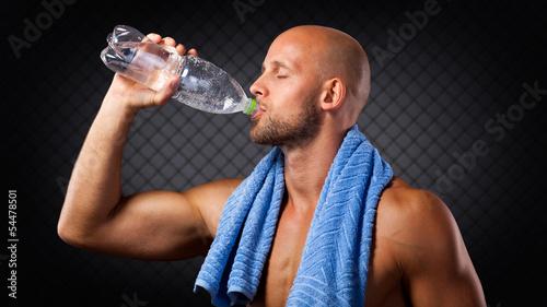 Sportler trinkt Wasser