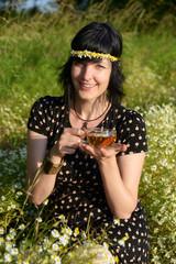 Tee trinken im Kamillenfeld