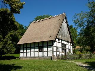 Schmuckes Fachwerkhaus auf grüner Wiese bei Detmold