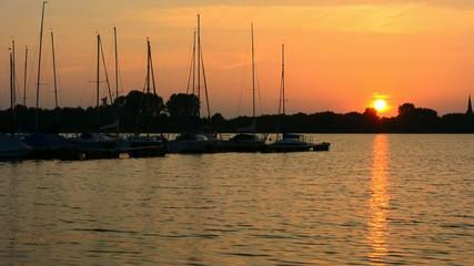 Hafen mit Segelbooten am Abend, bei Sonnenuntergang