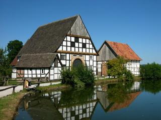 Bauernhof mit Scheune in Fachwerkbauweise am Dorfweiher