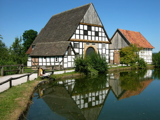 Historische Fachwerkhäuser am Dorfteich in der Nähe von Detmold