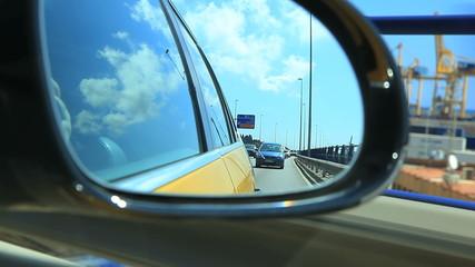 Съемка дороги в Барселоне через боковое зеркало автомобиля