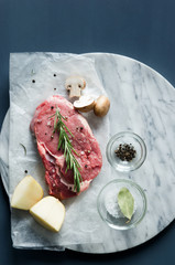 Raw meat preparation with herbs and spices