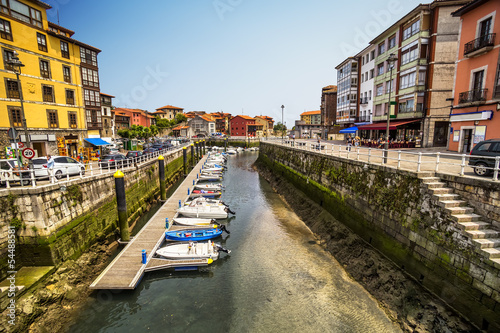 Aluminium Poort Boats moored in the harbor at low tide in Llanes, Asturias,Spain