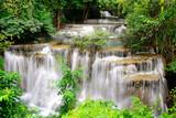 Siklawa w tropikalnym lesie w Tajlandia