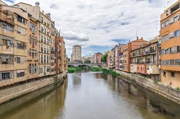 Veduta di Girona sul fiume Onyar. Spagna
