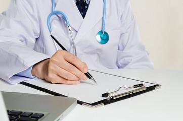 処方箋を書く医者