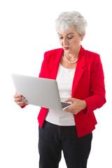 Ältere Frau isoliert mit einem Laptop in der Hand