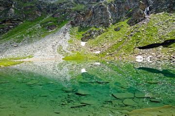 Spiegelbild im glasklaren Bergsee