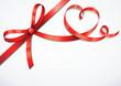 Rote Schleife mit Herz