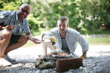 Männer beim Grillen