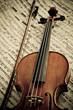 Geige mit Bogen und Notenblatt
