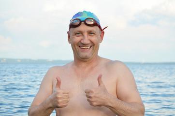 Мужчина у воды.