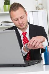 Zeitdruck - Mann im Büro macht Überstunden
