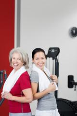 zwei frauen im fitnessstudio