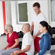 trainer berät einen älteren mann im fitnessstudio