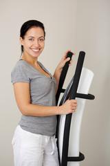 junge frau trainiert auf fitnessgerät