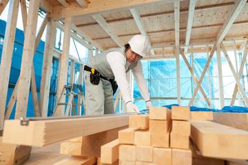 材木を測る大工
