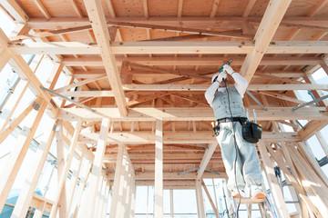 新築工事中の大工