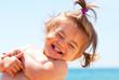 Bambina al mare che ride - 54527399