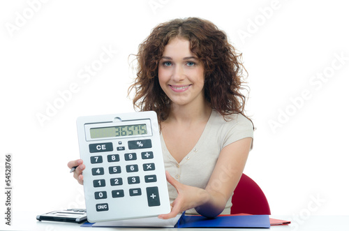 lächelnde frau mit großen taschenrechner