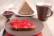 Vollkorn-Marmeladenbrot mit Kaffee