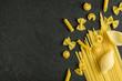 Verschiede Pastasorten auf einem Schieferhintergrund