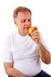 Mann isst einen Apfel