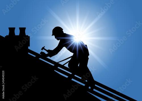 Métier du bâtiment avec un couvreur sur le toit d'une maison qui pose des tuiles. Accroupi sur une charpente, il travail sous une chaleur accablante. - 54545531
