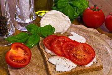 Toastbrot mit Mozzarella und Tomate